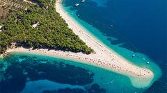 Den berömda stranden Zlatni Rat på ön Brac.