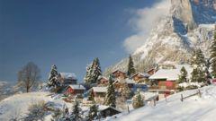 Mysiga stugor i de schweiziska alperna.