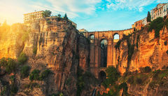 Få fantastisk utsikt från bron Puente Nuevo i bergsbyn Ronda.