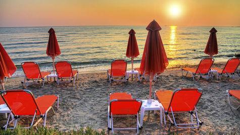 Njut av solnedgången på stranden i augusti.