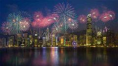 Fyrverkerier över Victoria Harbour, Hong Kong.