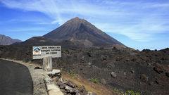 Ta färjan eller flyget till vulkanön Fogo på samma gång.