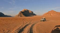 Det är populärt att åka på jeppsafari i ökenreservatet Wadi Rum.