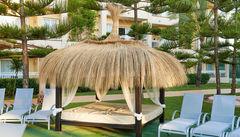 Här kan de vuxna njuta medan barnen plaskar i poolen på Prinsotel La Dorada.