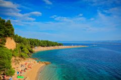 Stranden Zlatni Rat ligger på  ön Brac i Kroatien.