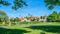 Almedalen är bara en av alla mysiga platser att ha picknick på i Visby.