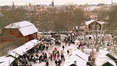 Skansens julmarknad med utsikt över Stockholm