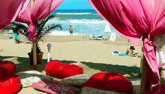 Slappna av i skuggan på en strand i Obzor, Bulgarien.