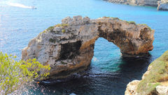 Es Pontas, den broformade stenformationen ute i vattnet vid Cala Llombards.