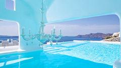 Santorini är en populär destination för kärlekspar.
