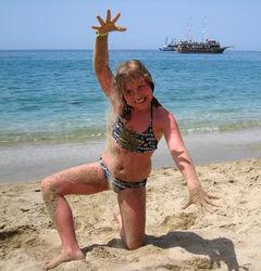 Glad tjej på stranden i Alanya.