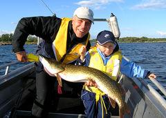 Två glada fiskare med storfångst i Blekinge.