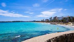 Promenera längs strandpromenaden vid Cala Millor.