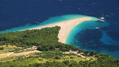 Stranden Zlatni Rat sträcker sig ut i havet.