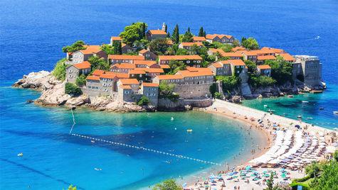 Ön och hotellet Sveti Stefan längs Budva-rivieran, Montenegro.