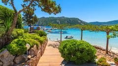 Ta en mysig promenad längs Santa Giulia Beach på Korsika.