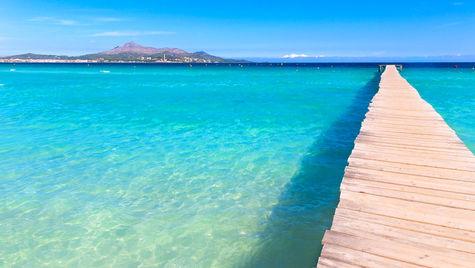 Spendera lata dagar på den här bryggan i Alcudia.