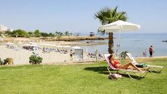 Det ligger en fin liten sandstrand precis vid hotell Marlita.