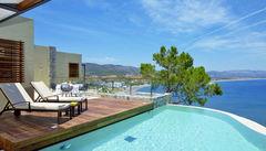 Njut av en fantastisk utsikt från hotellet på Lindos Blu.