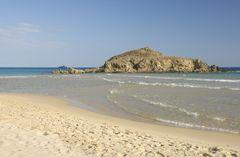 Den vackra stranden Chia på Sardinien.