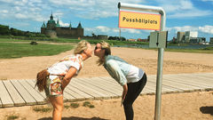 Framför slottet kan du passa på att pussas på pusshållplatsen. Finns även på andra platser i stan. Mer kärlek åt folket.
