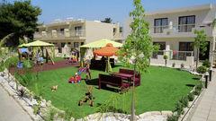 På Nelia Garden finns det en fin lekplats för de minsta.